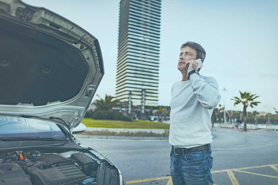 hombre llamando por teléfono después de un accidente de tráfico