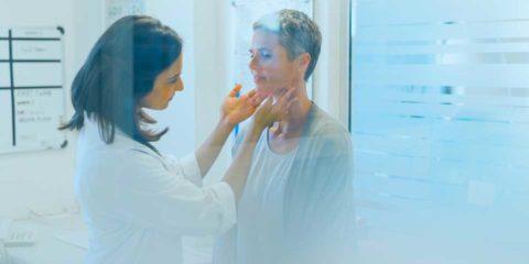 medico haciendo un examen de tiroides