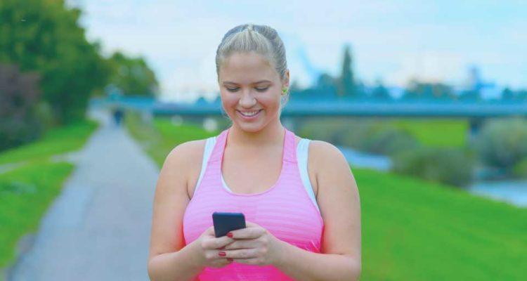 mujer gorda con teléfono
