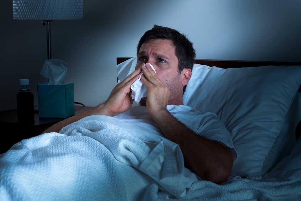 hombre enfermo en la cama