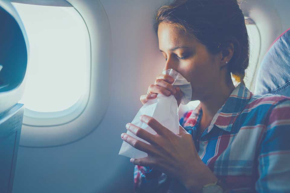 mujer respirando en una bolsa