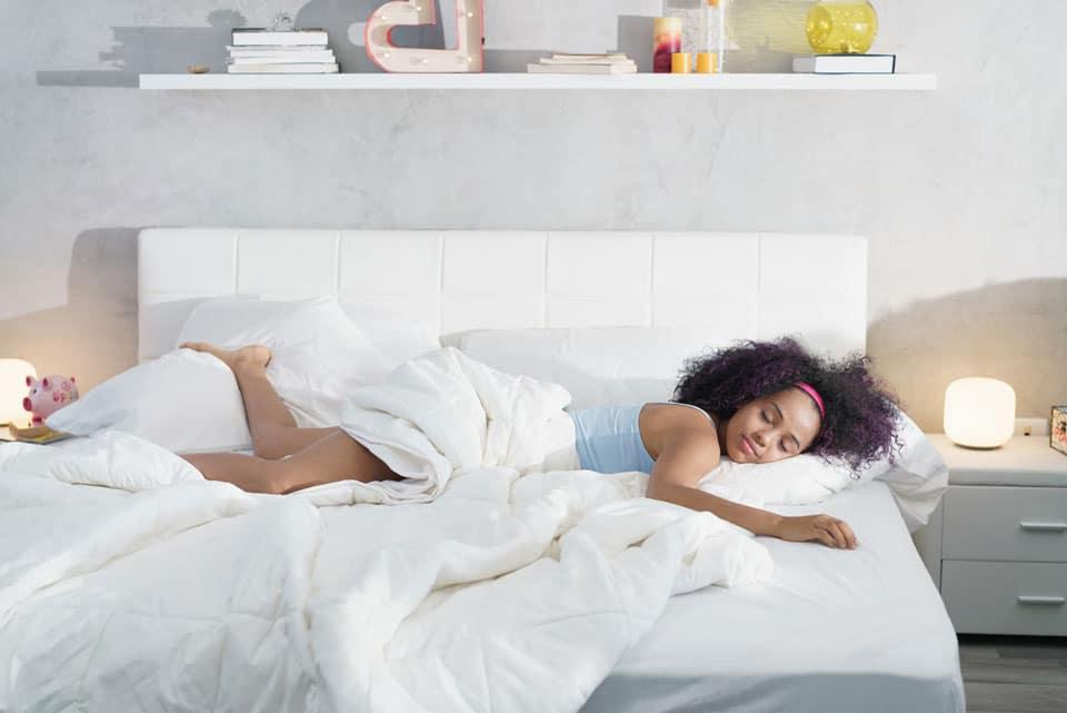 chica en la cama