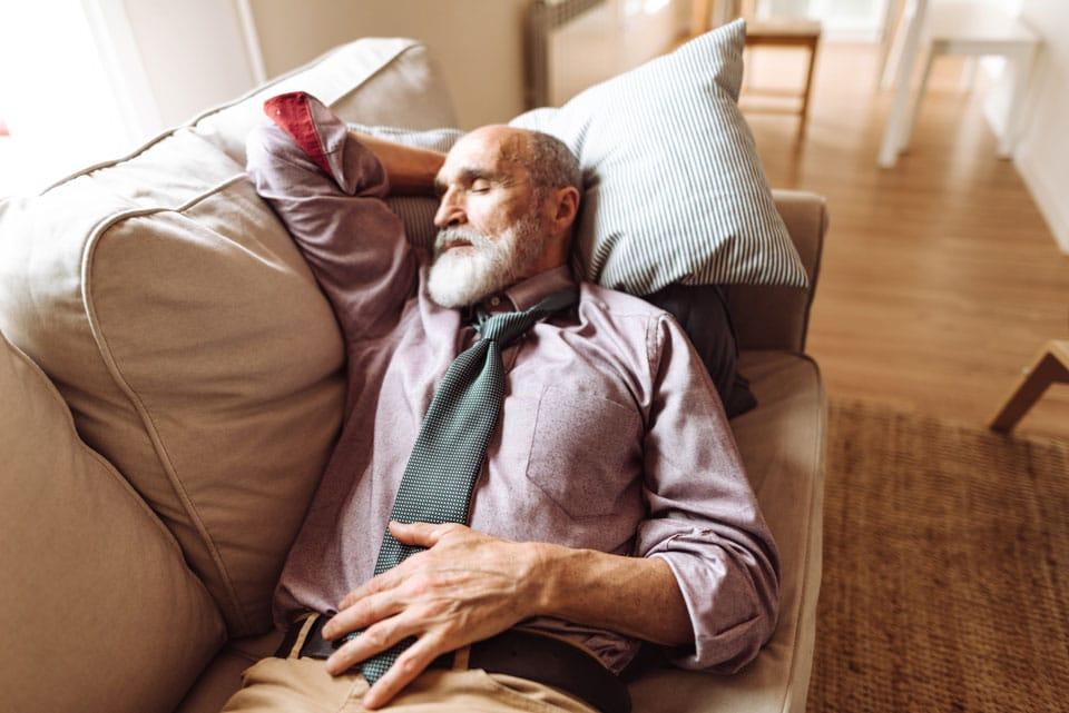 Hombre mayor durmiendo