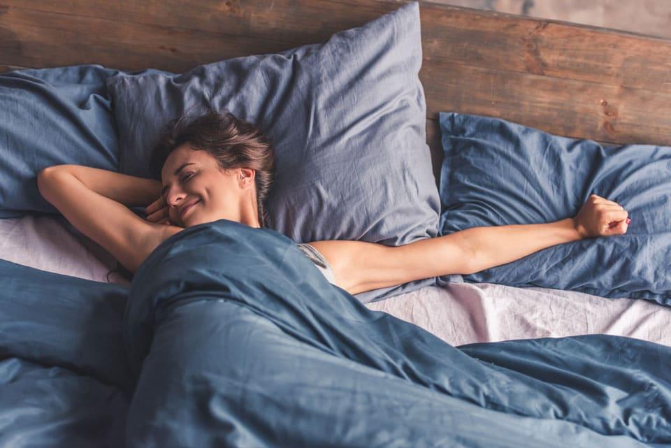 mujer despertando en la cama