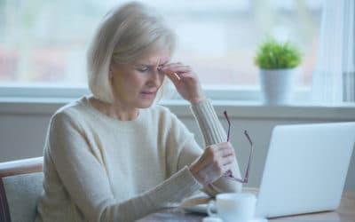 mujer mayor se rasca el ojo